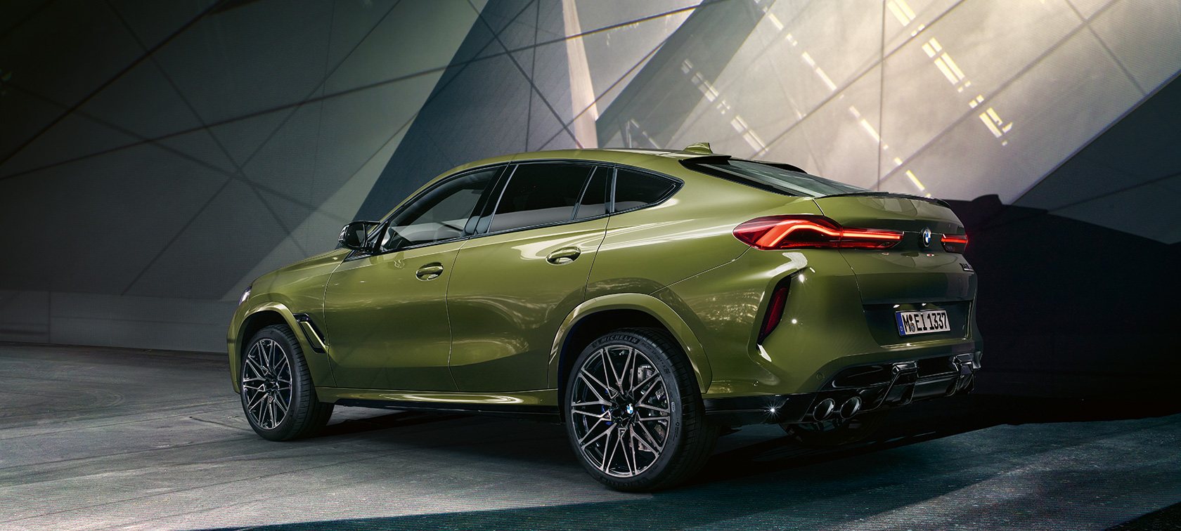 BMW X6 M Competition F96 2020 toonis BMW Individual Special Paint Urban Green, 3/4 tagantvaade