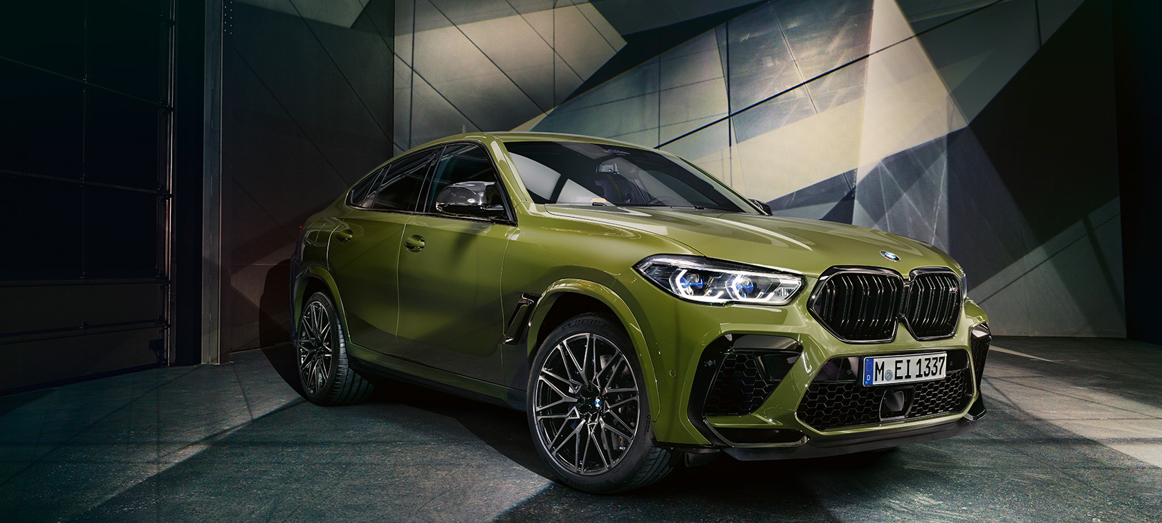 BMW X6 M Competition  toonis BMW Individual Special Paint Urban Green, SUV F96 2020 külgvaade